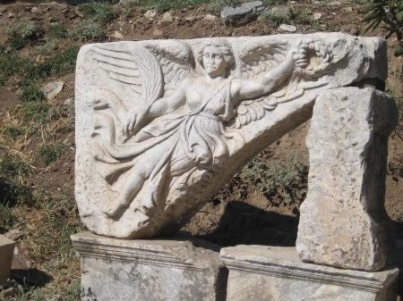 Dit is Nike de Griekse Godin van de overwinning. Zie het logo hierin.
